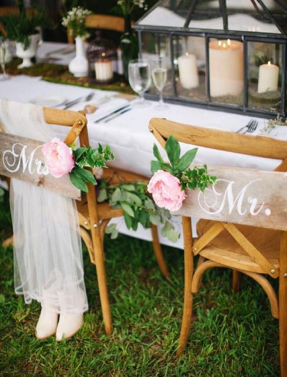 deco chaise mariage panneau mariés en bois