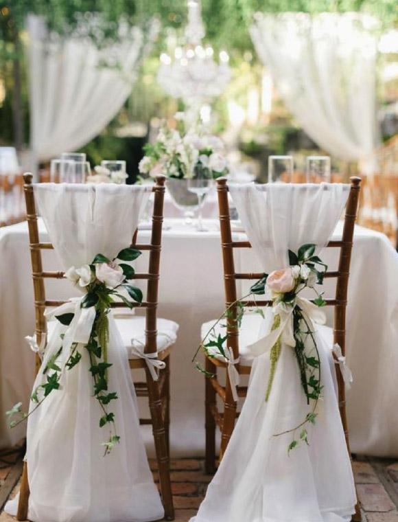deco chaise mariage voilage et fleur